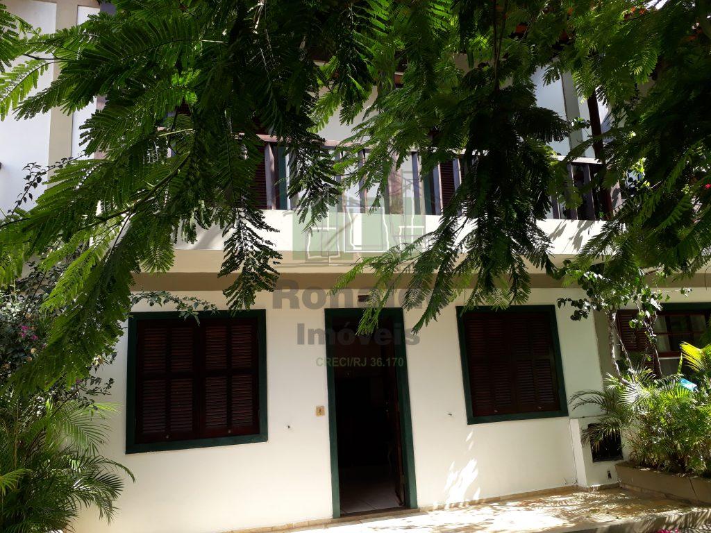 R100 – Casa duplex em condomínio, 03 quartos, Peró- Cabo Frio