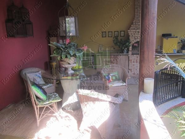 R129 – Casa duplex independente em condomínio, 04 quartos, Peró – Cabo Frio