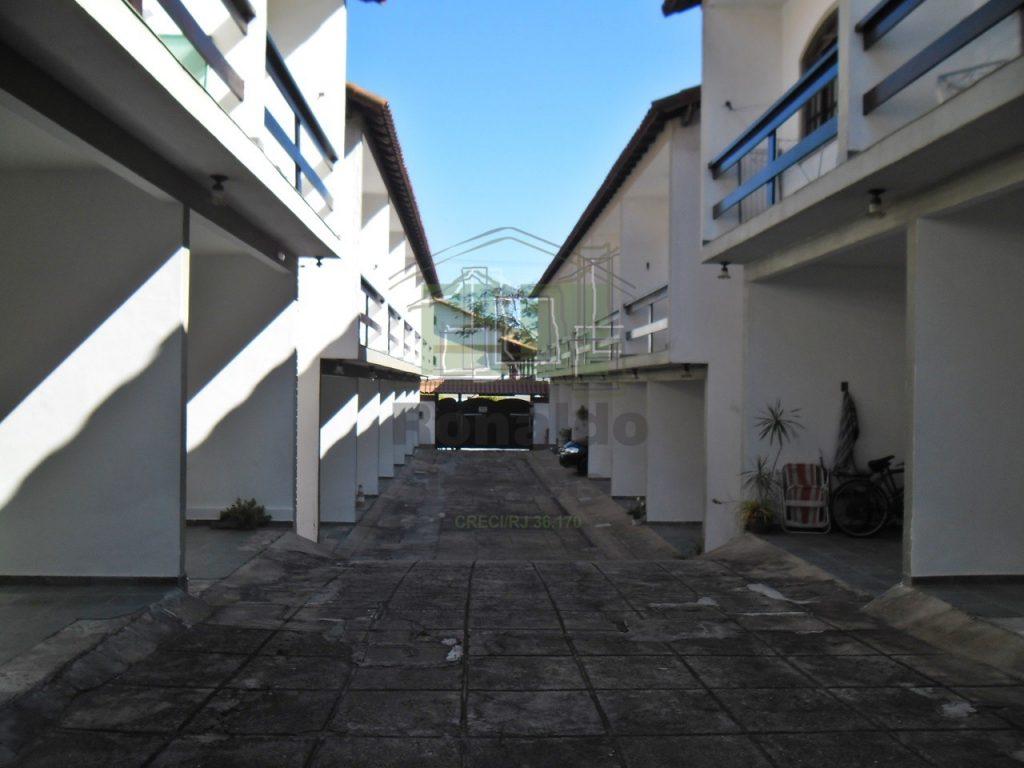 R118 – Casa triplex em condomínio, 02 quartos, Peró – Cabo Frio